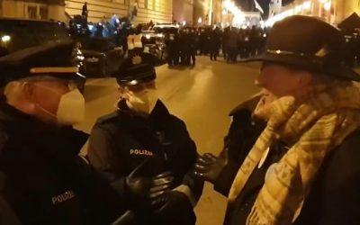 Polizist wird von Hauptkommissar Karl Hilz aufgeklärt